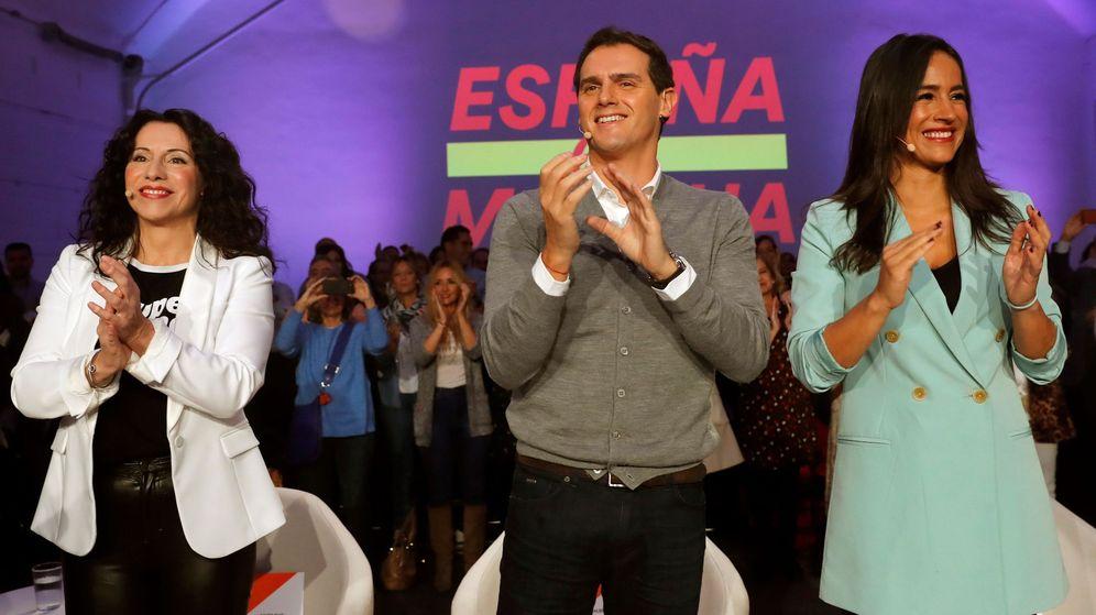 Foto: Albert Rivera junto a Rocío Ruiz (izq.) y Begoña Villacís (EFE)