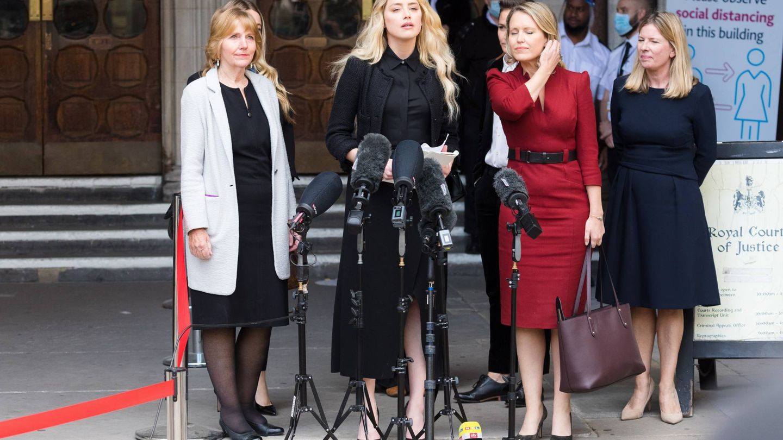 La actriz, su hermana y su equipo legal, durante su discurso final. (EFE)