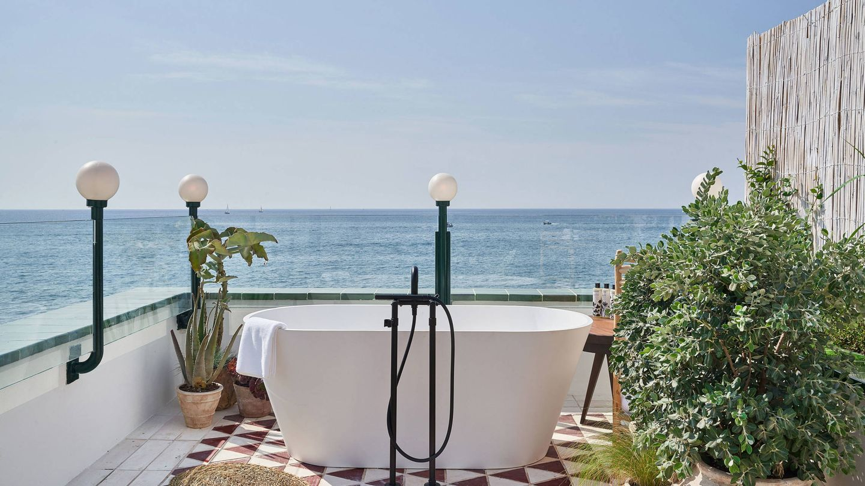 Habitación con bañera en la terraza, en Little Beach House. (Cortesía)
