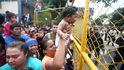 Miles de migrantes rompen la valla de la frontera de Guatemala y entran en México