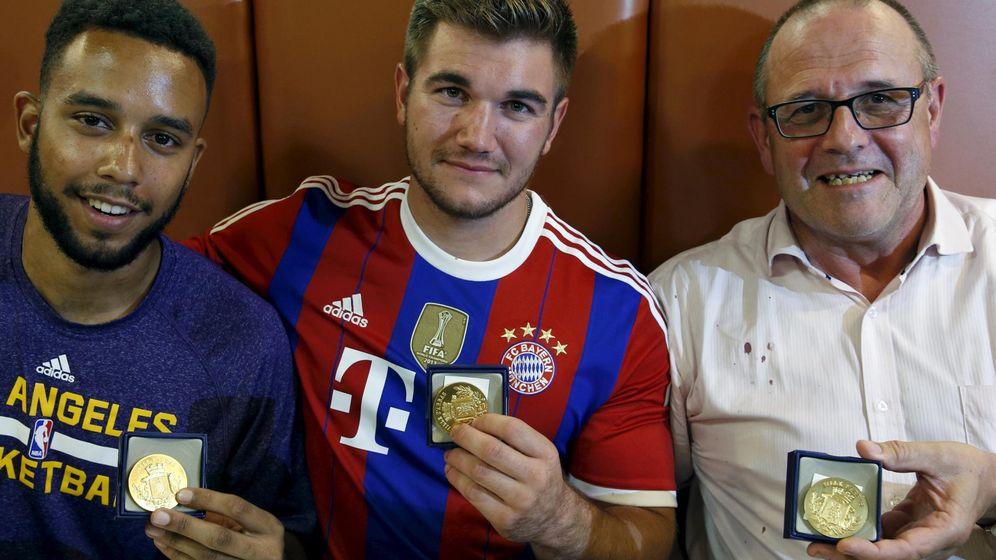 Foto: Los americanos Sadlery y Skarlatos y el ciudadano Chris Norman, con las medallas en reconocimiento por su heroicidad. (Reuters)