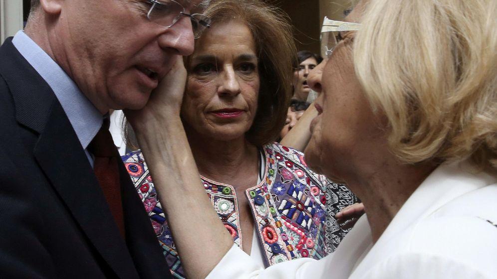 Foto: El exalcalde de Madrid Alberto Ruiz-Gallardón saluda a Manuela Carmena ante la mirada de Ana Botella. (EFE)