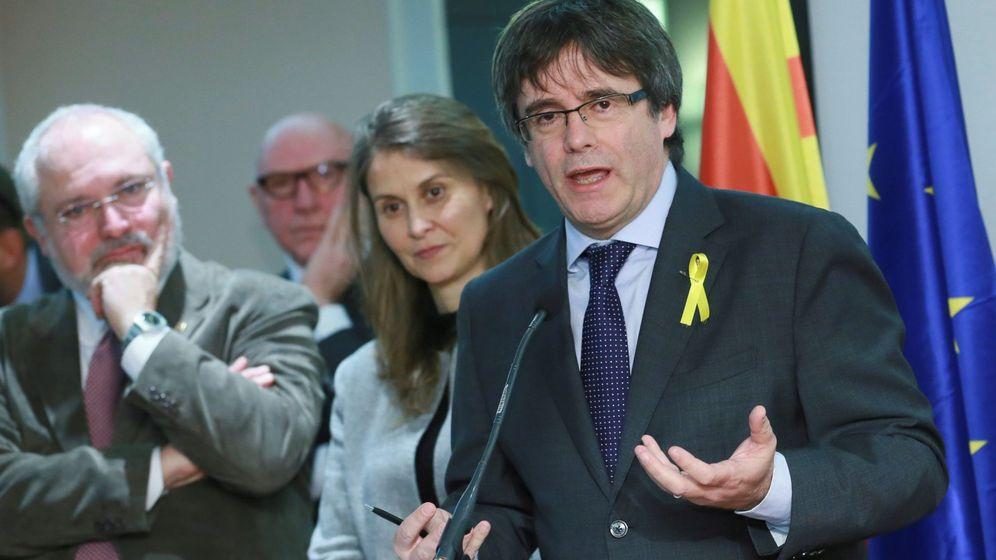 Foto: El expresidente de la Generalitat Carles Puigdemont (d) durante la rueda de prensa que ofreció este miércoles en Bruselas. (EFE)