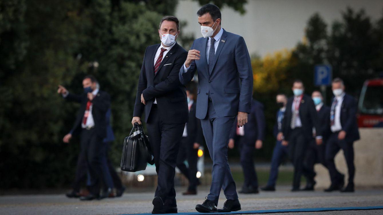 Foto: Pedro Sánchez con el primer ministro de Luxemburgo, Xavier Bettel, durante una reunión del Consejo de la Unión Europea en Oporto. (EFE)