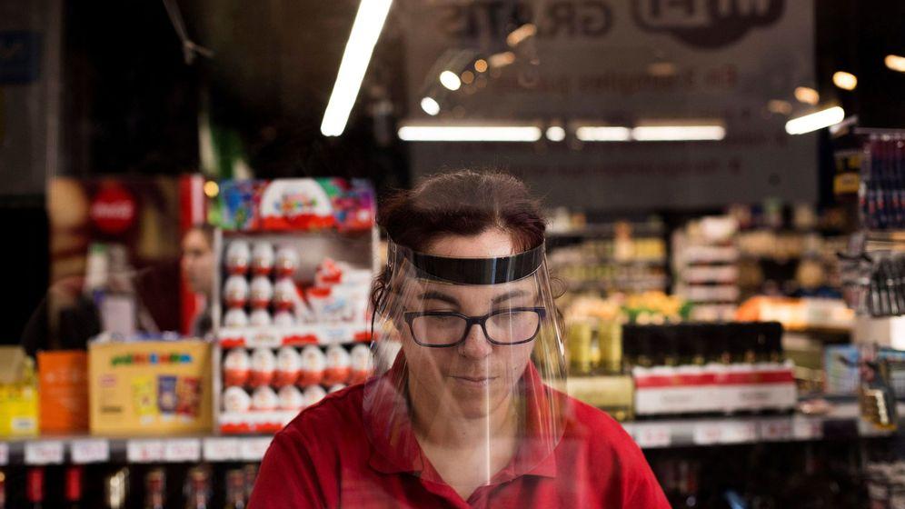 Foto: Cajera de un supermercado de Zaragoza. (EFE)