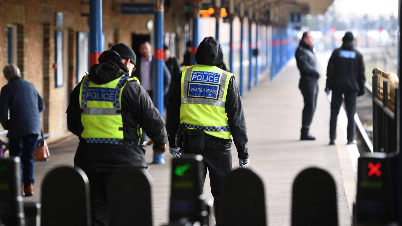 Medidas de seguridad en la estación de King's Lynn, minutos antes de la llegada de la reina Isabel. (Cordon Press)