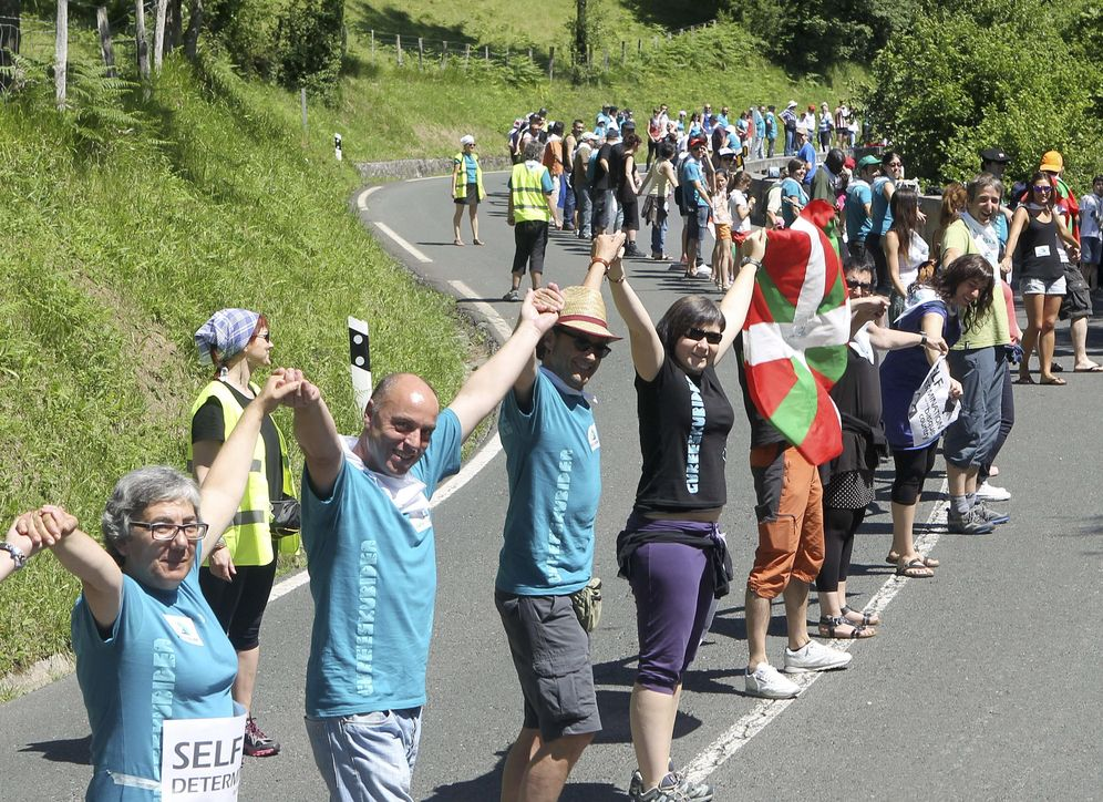 Foto: Participantes en la cadena humana por el derecho a decidir organizada por Gure Esku Dago en 2014. (EFE)