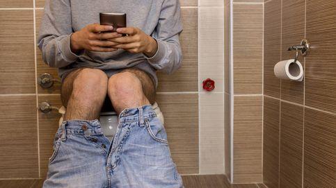 ¿Sueles ver el móvil en el baño? Puedes tener un problema serio