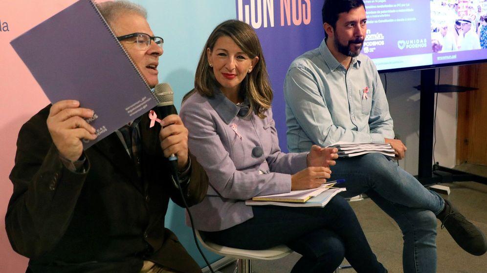 Foto: Manuel Lago junto Yolanda Díaz y Antón Gómez-Reino durante la presentación del programa de Galicia en Común en la campaña de las generales. (EFE)