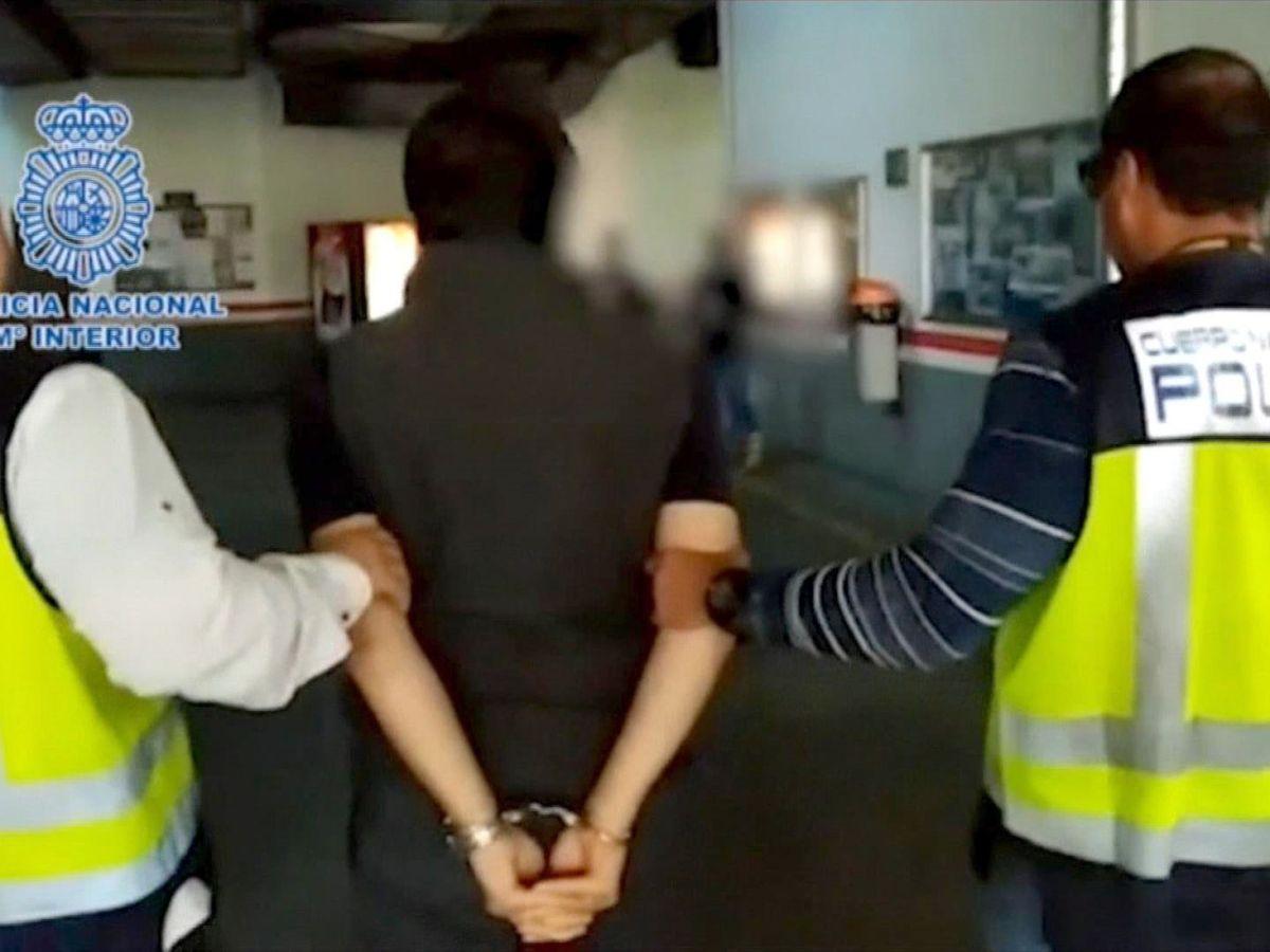 Foto: Fotografía facilitada por el Ministerio del Interior de Emilio Lozoya (c), exdirector de Pemex, tras ser detenido este miércoles. (EFE)