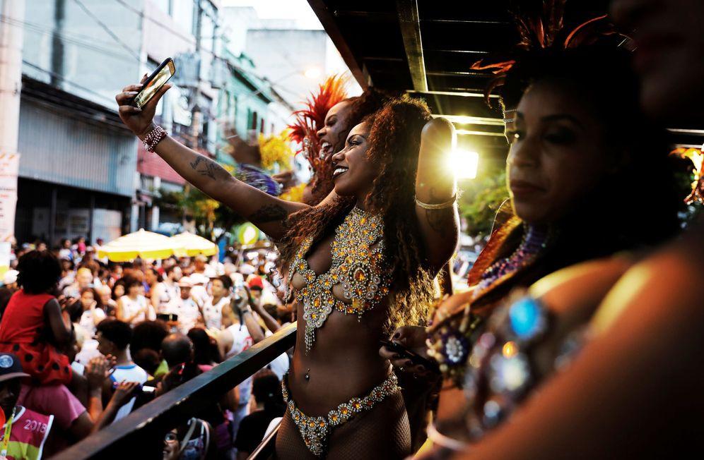 Foto: Brasileñas durante una fiesta de barrio conocida como Banda do Candinho e Mulatas, durante el carnaval, en Sao Paulo, Brasil. (Reuters)
