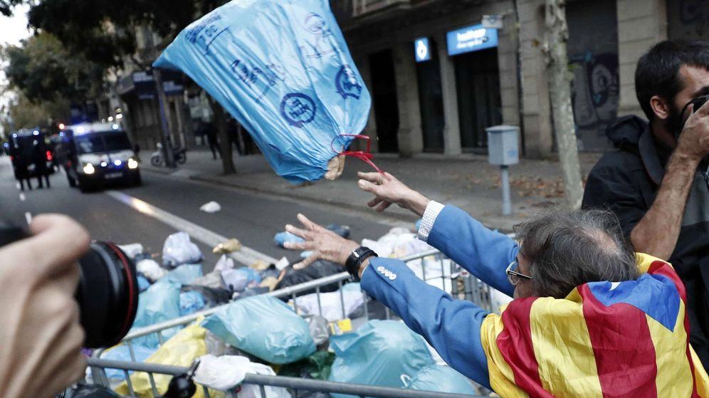 Foto: Centenares de personas arrojan bolsas de basura ante Delegación del Gobierno. (EFE)