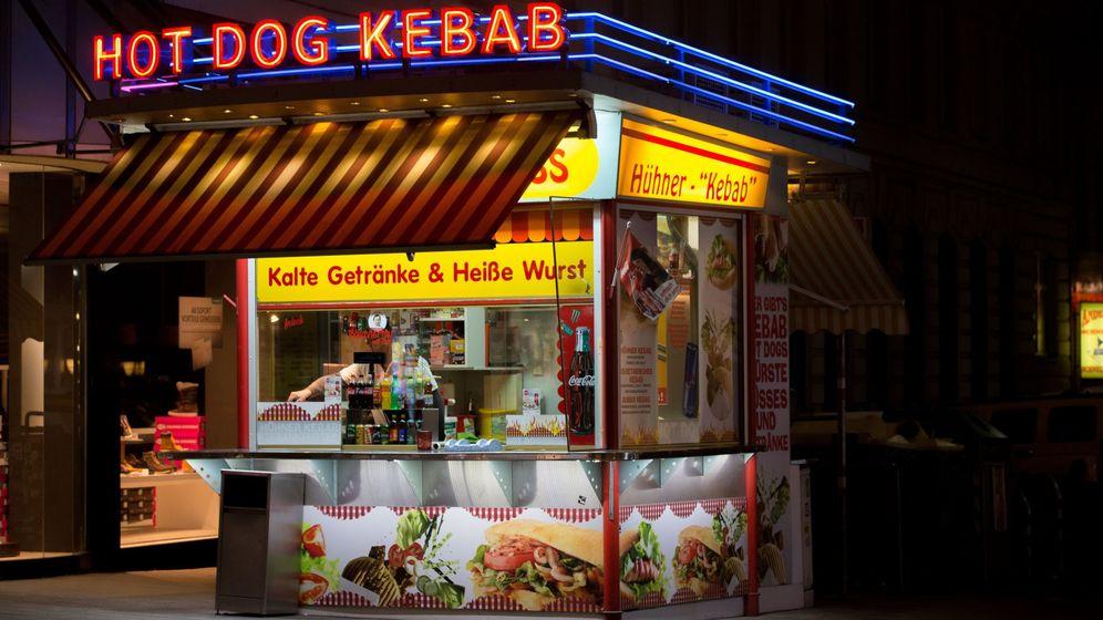 Foto: Un puesto de döner kebab y perritos calientes en Viena. (Reuters)
