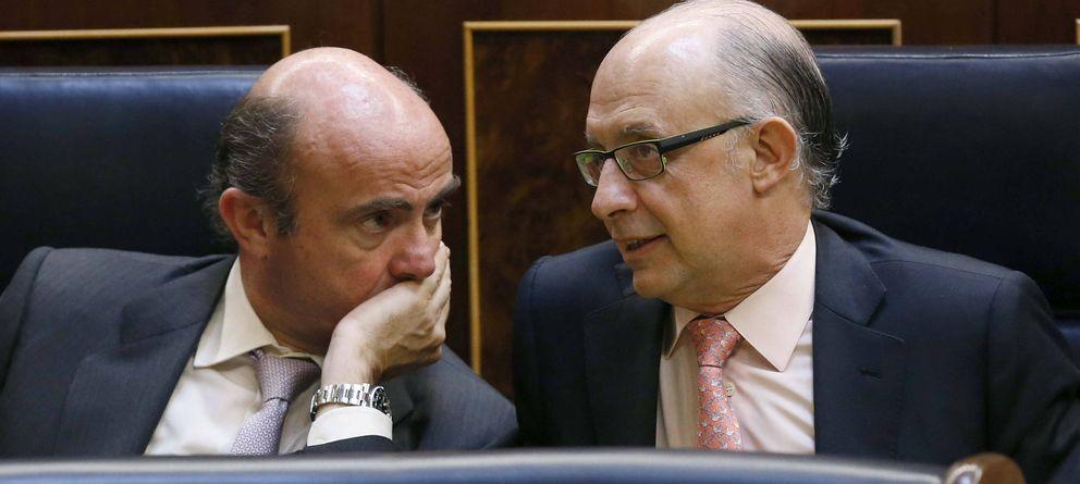 Foto: Los ministros de Hacienda, Cristóbal Montoro (d), y de Economía y Competitividad, Luis de Guindos. (EFE)