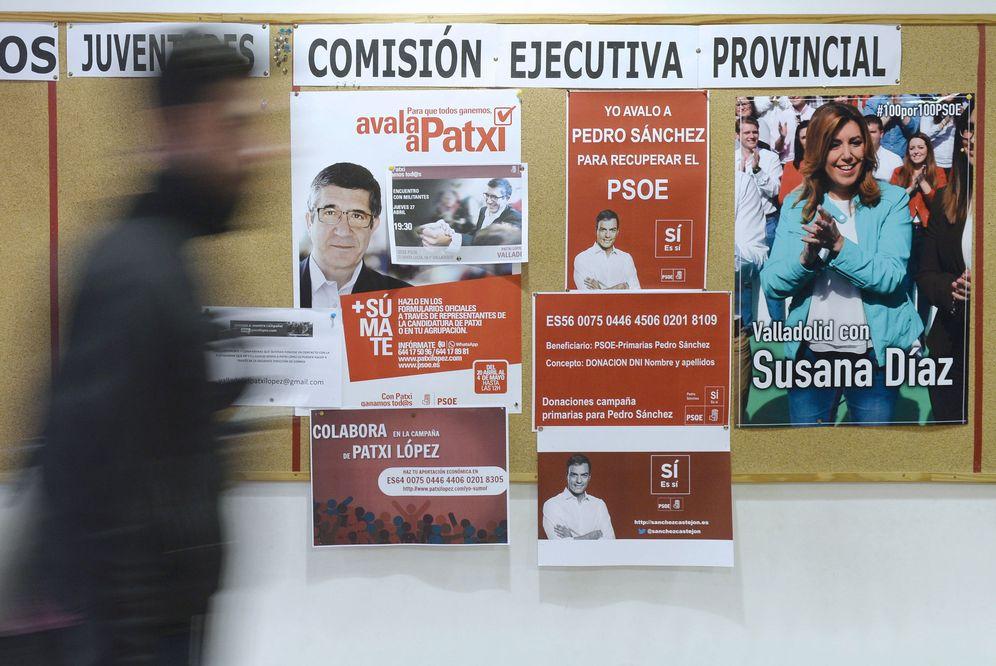 Foto: Un hombre pasa por delante de los carteles de apoyo a los tres candidatos colocados en la sede del PSOE de Valladolid, este 4 de mayo. (EFE)