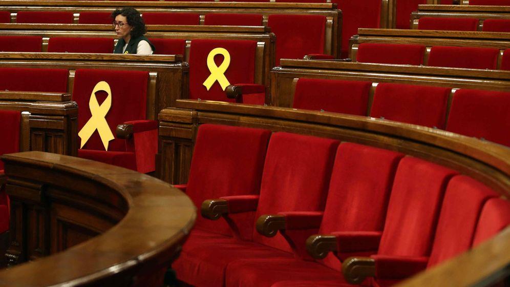 Foto: La presidenta del grupo parlamentario de ERC, Marta Rovira, junto a los lazos amarillos. (EFE)