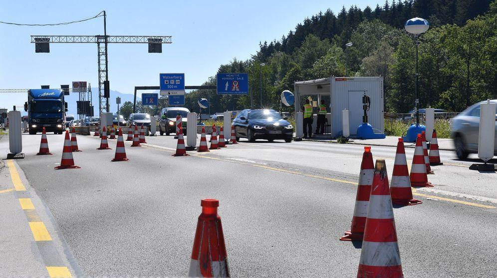 Foto: Policías fronterizos realizan controles en la frontera entre Salzburgo (Austria) y Múnich (Alemania). (EFE)