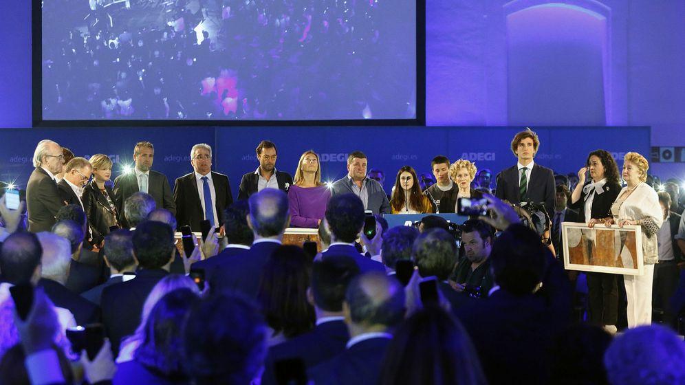 Foto: Familiares de empresarios víctimas de ETA reciben el homenaje de Adegi este miércoles en San Sebastián. (EFE)