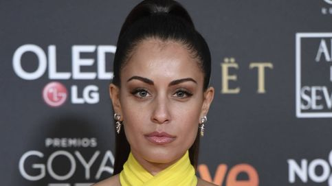 Hiba Abouk convierte una camisa blanca oversize en el minivestido más sexy