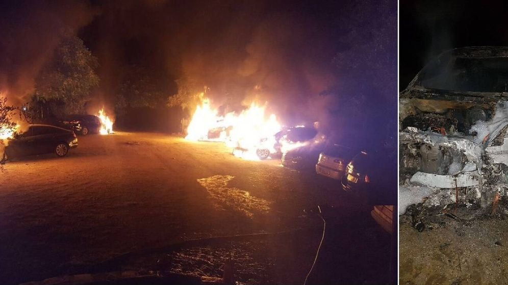 Foto: Varios de los coches de Cabify ardiendo en la Feria de Sevilla y el estado en el que quedaron tras el fuego. (EC)
