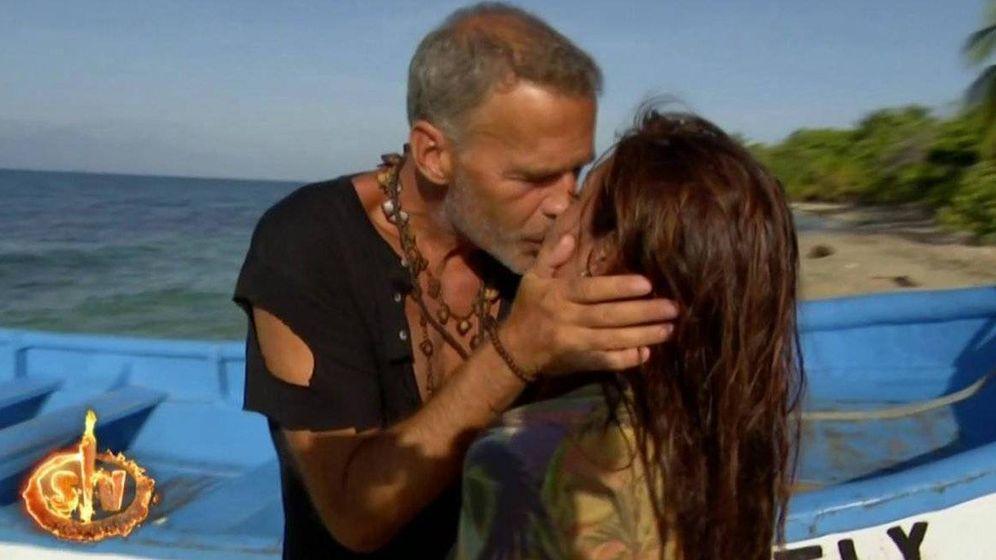 Foto: Carlos Lozano besa a Miriam Saavedra. (Mediaset)
