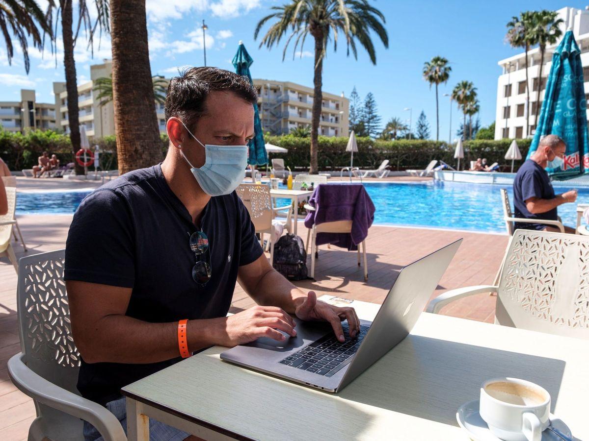Foto: Un británico, trabajando desde un hotel de Gran Canaria. (EFE)