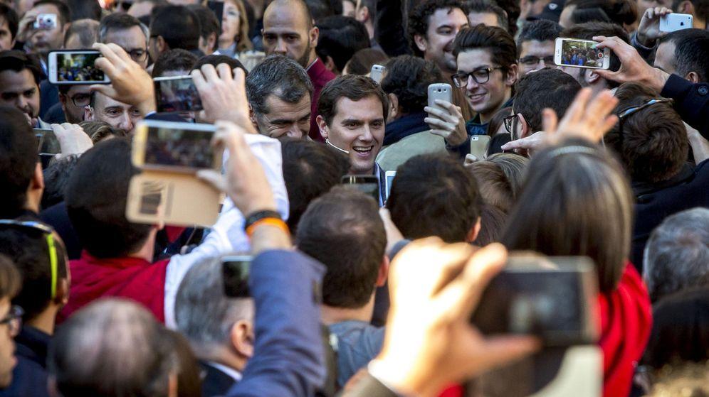 Foto: El candidato de Ciudadanos, Albert Rivera, a su llegada a Valencia. (EFE)