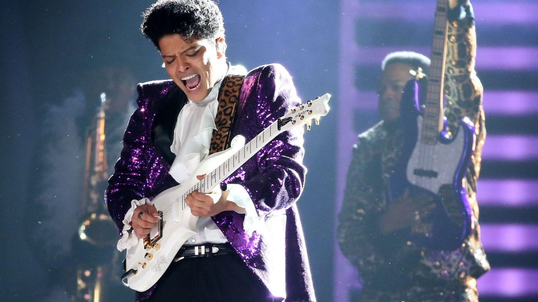 Foto: Bruno Mars interpreta 'Let's go crazy' durante la última edición de los Grammy. (Reuters)