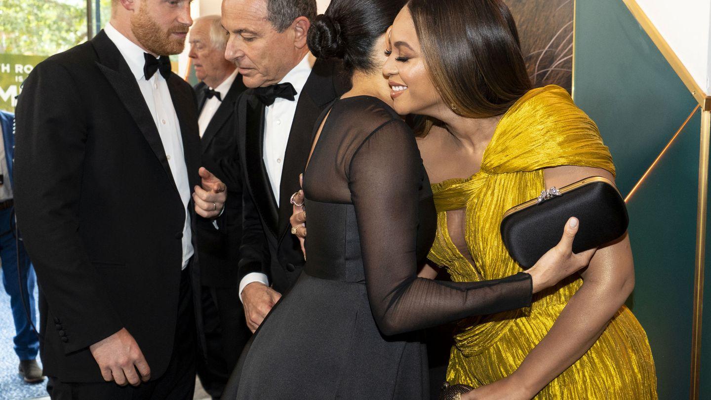 El príncipe Harry, hablando con el productor de Disney, Bob Iger, mientras Meghan abraza a Beyoncé. (Reuters)