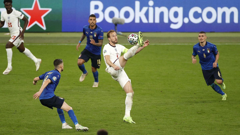 Kane controla una pelota en el primer tiempo. (Reuters)