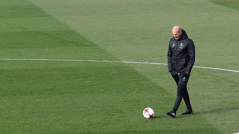 Zidane, pensativo durante un entrenamiento. (EFE)