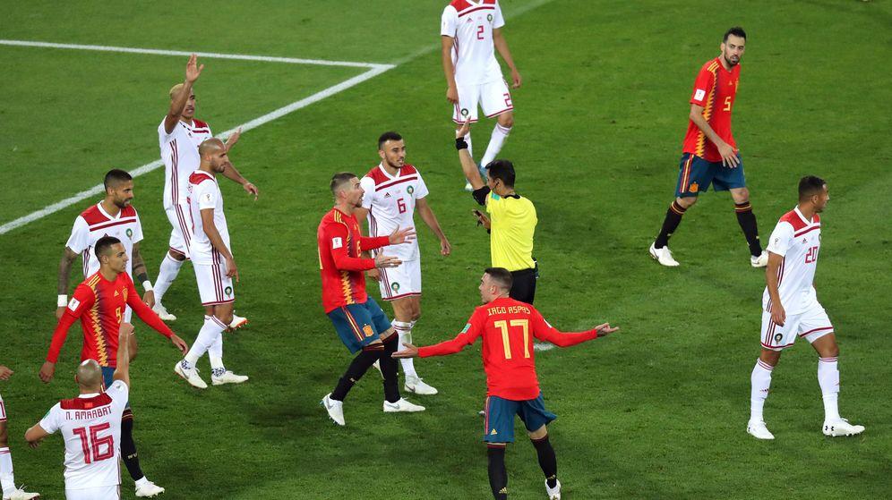 Foto: El árbitro pide el VAR ante Sergio Ramos, Iago Aspas y Busquets, tres jugadores que estarían en nuestra selección ideal para el VAR (Reuters)