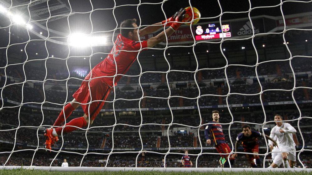 Foto: Claudio Bravo para un remate de Cristiano Ronaldo en el Clásico del pasado sábado en el Bernabéu. (EFE)