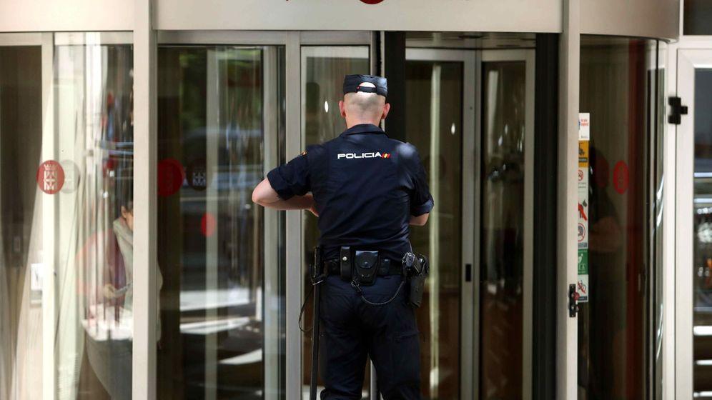Foto: Un policía se dirige hacia la entrada de la sede de la Diputación de Barcelona, durante los registros practicados en la macrooperación. (EFE)