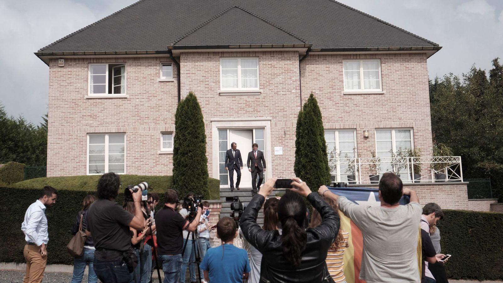 Foto: Los expresidentes catalanes Artur Mas (i) y Carles Puigdemont (d) en una reunión en la viviendfa de Puigdemont en Waterloo. (EFE)