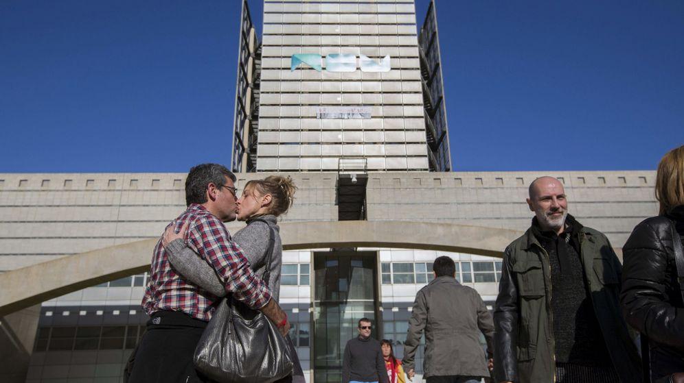 Foto: Empleados de Canal 9, al día siguiente del apagón de 2013. (EFE)