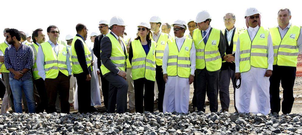 Foto: La ministra de Fomento, Ana Pastor, en las proximidades de las obras del proyecto del AVE que unirá La Meca con la ciudad de Medina. (Efe)