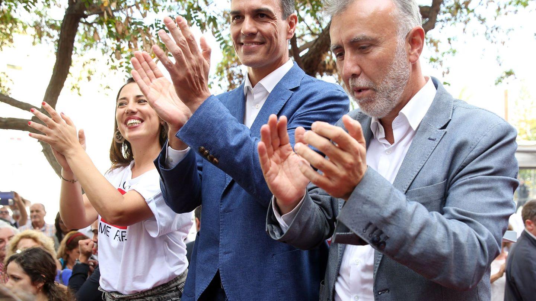 Pedro Sánchez, con el líder del PSOE canario y candidato a la presidencia de las islas, Ángel Víctor Torres, y la alcaldable de Santa Cruz de Tenerife, Patricia Hernández, el pasado 16 de mayo. (EFE)