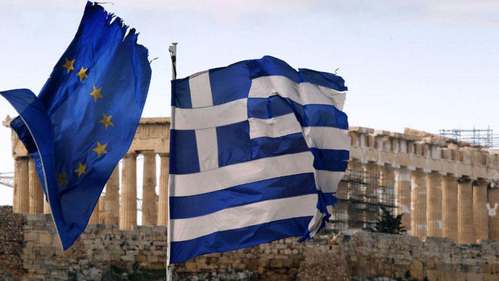 Foto: Las banderas de la Unión Europea y Grecia en Atenas. (Reuters)