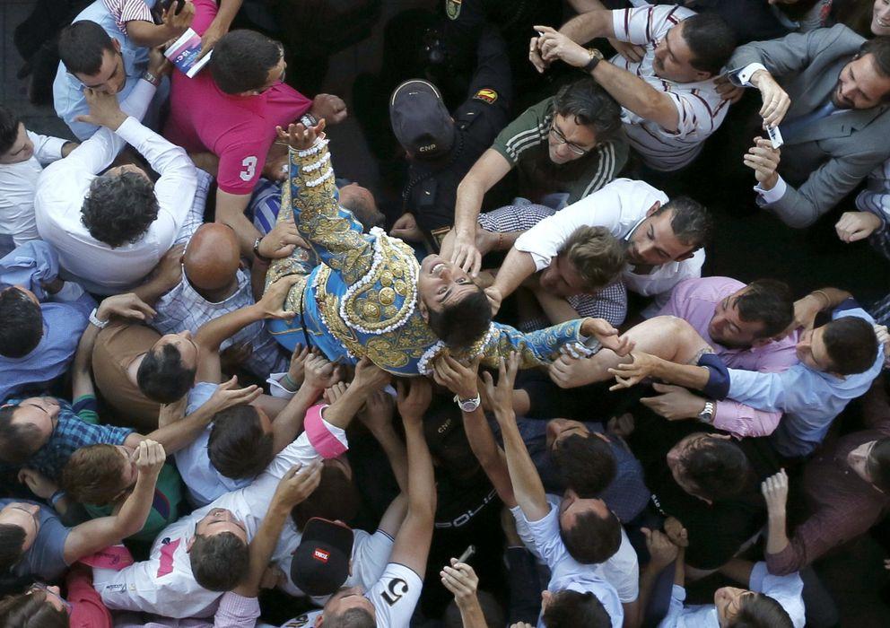 Foto: El diestro Miguel Ángel Perera sale a hombros por la puerta grande de la Monumental de Las Ventas. (EFE)