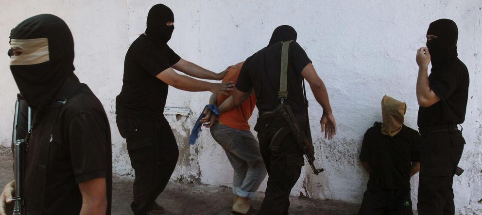 Foto: Militantes de Hamás rodean a supuestos colaboracionistas antes de ejecutarlos en Ciudad de Gaza (Reuters).