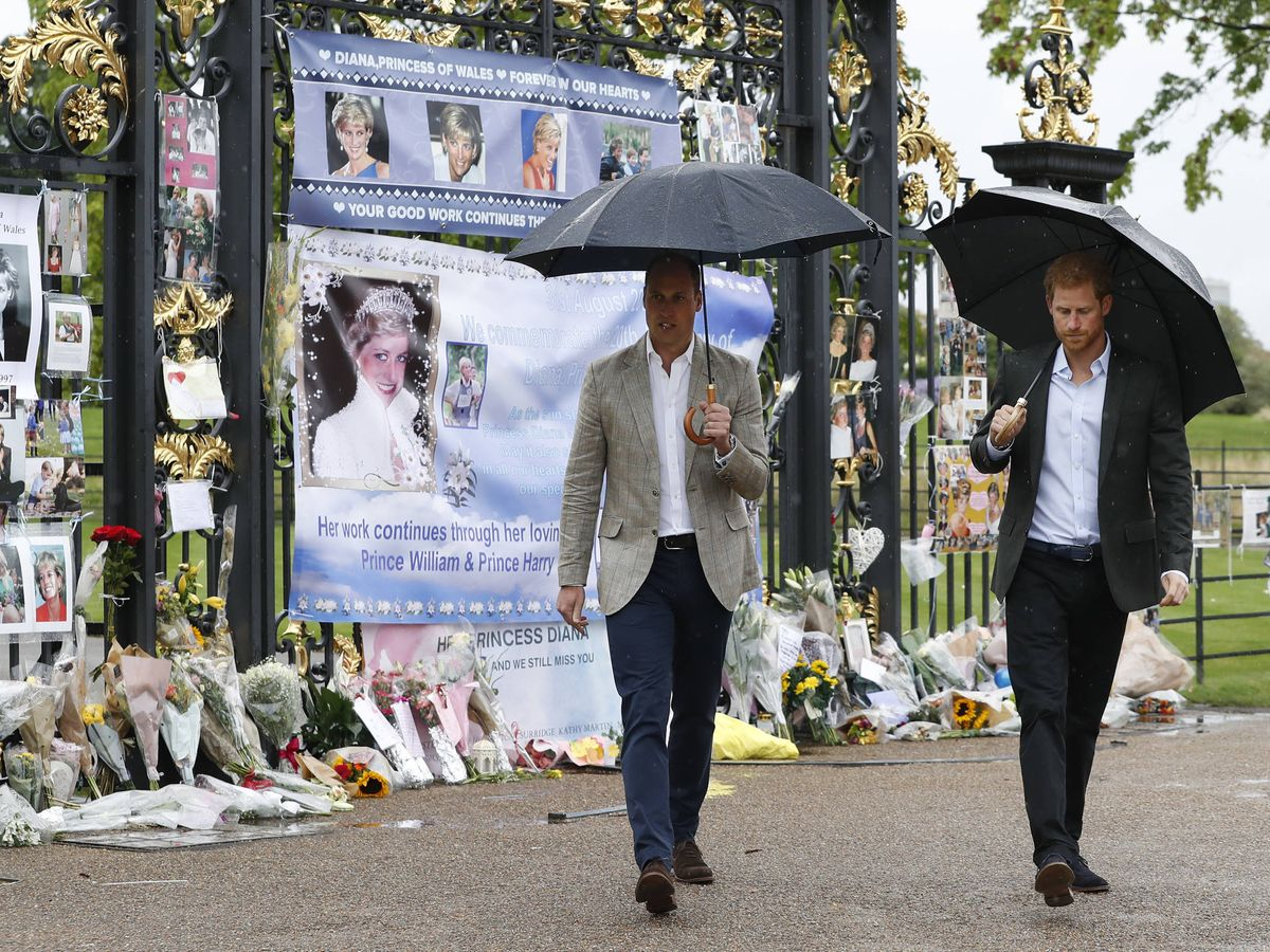 Foto: Harry y Guillermo ponen flores en recuerdo a su madre. (Getty)