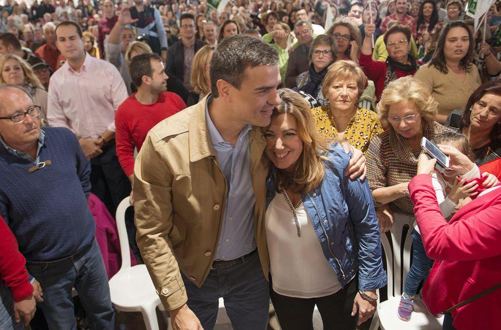 Foto: Pedro Sánchez abraza a Susana Díaz durante su último mitin juntos, el pasado 22 de noviembre en Jaén. (EFE)