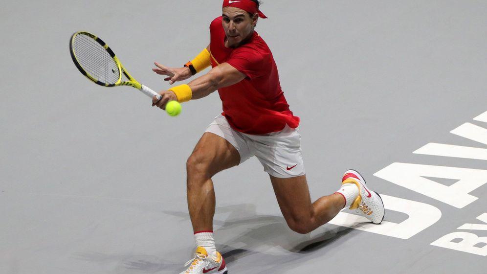 Foto: Rafa Nadal devolviendo una bola durante uno de los partidos de la Copa Davis. (EFE)