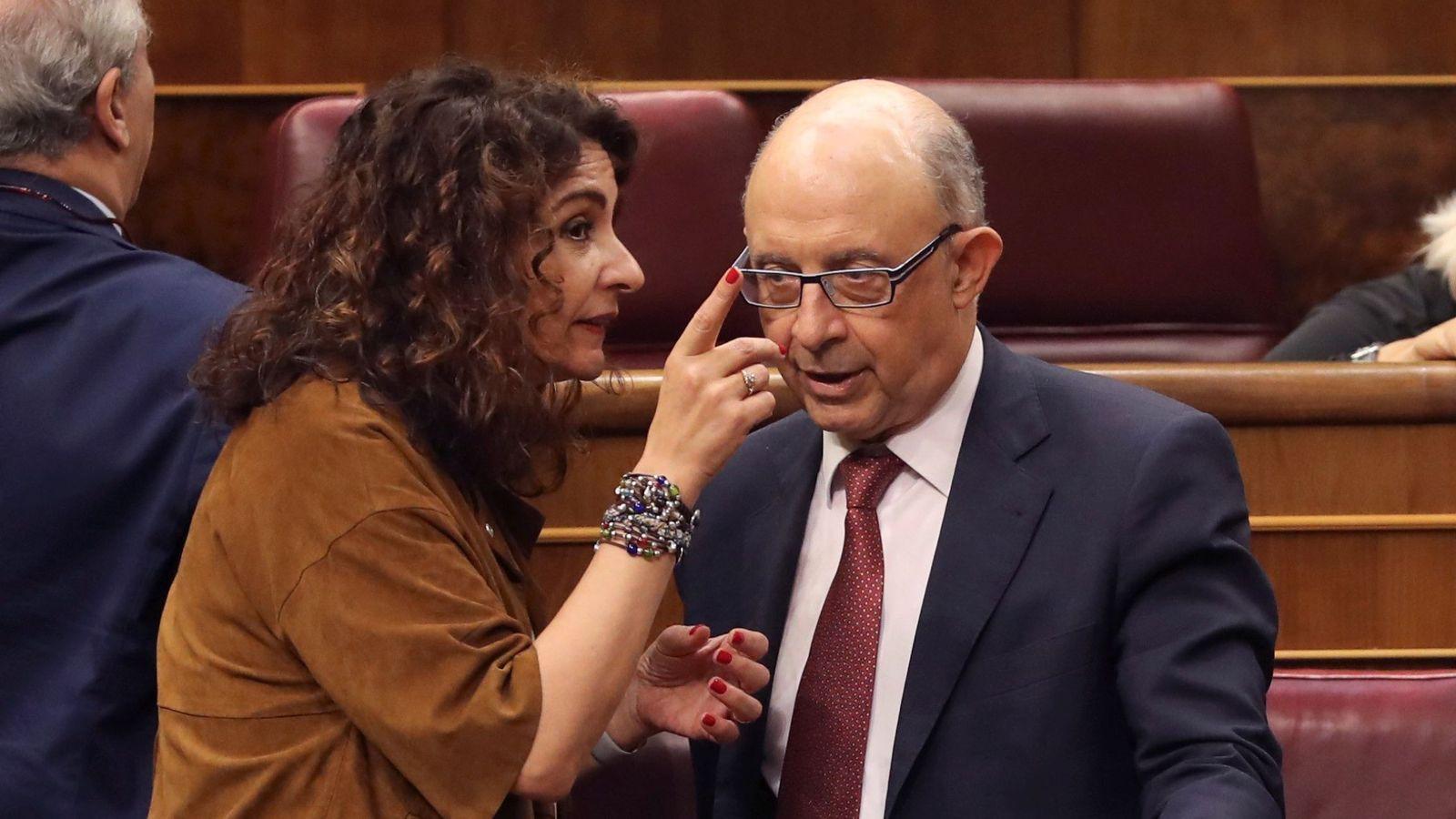 Foto: La ministra de Hacienda, María Jesús Montero, dialoga con el exministro, Cristóbal Montoro. (EFE)