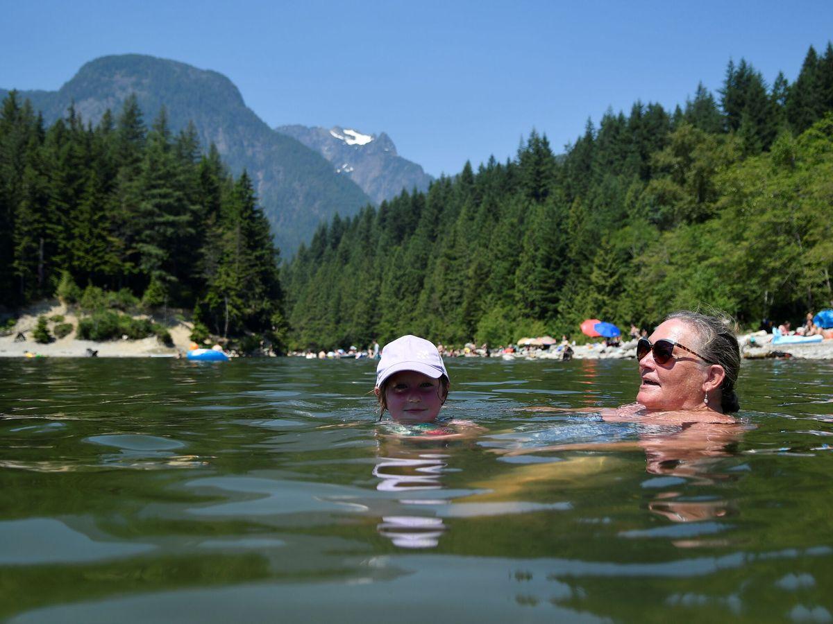 Foto: Una mujer canadiense y su nieta se bañan en el Lago Alouette. (Reuters)
