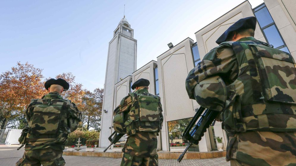 Foto: Militares franceses custodian la Gran Mezquita de Lyon, el 15 de noviembre de 2015. (Reuters)