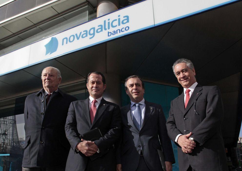 Foto: El presidente de Banesco, Juan Carlos Escotet (2i) visita una oficina de Novagalicia (Efe)