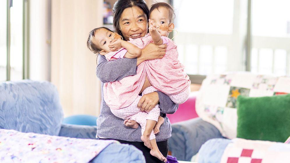 Foto: La mujer tuvo mellizos apenas un mes después de dar a luz a su primer hijo (EFE/Daniel Pockett)