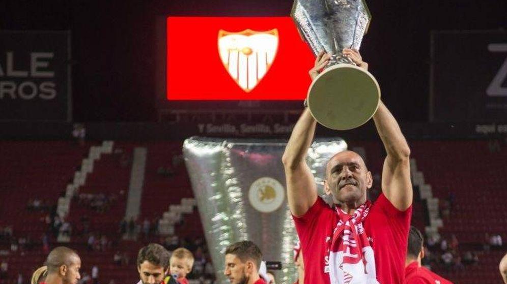 Foto: Monchi levanta la última Europa League ganada por el Sevilla. (EFE)
